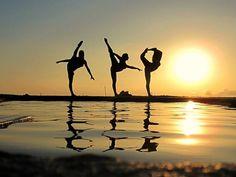 New Photography Summer Friends Silhouette Ideas Beach Dance Photography, Amazing Dance Photography, Beach Photography Friends, Sunset Photography, Photography Ideas, Dance Pictures, Beach Pictures, Dance Art, Ballet Dance