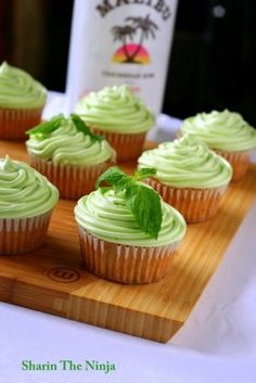 Mojito Cupcakes w/ Lime Rum Cream Cheese Frosting! Cupcakes + Booze = a must try recipe! Cupcake Recipes, Baking Recipes, Dessert Recipes, Baking Ideas, Just Desserts, Delicious Desserts, Yummy Food, Mojito Cupcakes, Cocktail Cupcakes