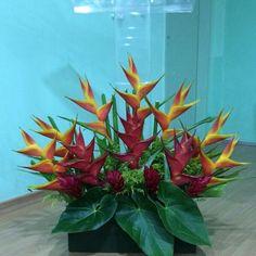Arranjo púlpito. #festa #flores #producaopropria #arranjofloral #decoração #tropicaliaflores