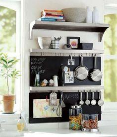 cuisine avec étagères, peinture ardoise et accroche-ustensiles