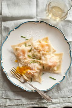 Egg Yolk Ricotta Ravioli - yumm making this soon! This link is full of delicious recipes like brioche pull apart dinner rolls Egg Yolk Ravioli, Ravioli Lasagna, I Love Food, Good Food, Yummy Food, Delicious Recipes, Real Food Recipes, Vegetarian Recipes, Gastronomia