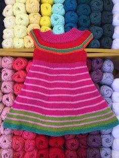 Super schattig jurkje in mooie kleur combi gemaakt door een klant uit Amstelveen, met Scheepjes catona katoen: https://www.de-wolman.nl/zomer-garen/katoen/scheepjes-catona-glans-katoen-50-gram