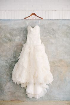 Amsale #weddingdress - photo by Haley Sheffield - http://ruffledblog.com/modern-chic-atlanta-wedding/