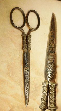 Scissors with intricate handles from vintagesparkles (etsy) Vintage Scissors, Sewing Scissors, Embroidery Scissors, Vintage Sewing Notions, Antique Sewing Machines, Antique Tools, Old Tools, Sewing Box, Sewing Tools