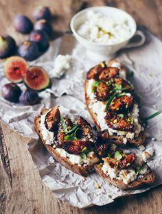 Du pain de campagne tartiné de fromage de chèvre ou de brebis, des figues rôties arrosées d'un filet d'huile d'olive