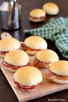 Very soft buffet oil sandwiches – Pizza Antipasto, Snacks Für Party, Easy Delicious Recipes, Original Recipe, I Love Food, Italian Recipes, Sandwiches, Food And Drink, Cooking
