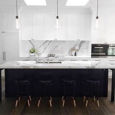 37 Gorgeous Black And White Kitchen Design - Home Design Black Kitchens, Home Kitchens, Modern White Kitchens, New Kitchen, Kitchen Decor, Kitchen Ideas, Country Kitchen, Backsplash For White Cabinets, Kitchen Backsplash