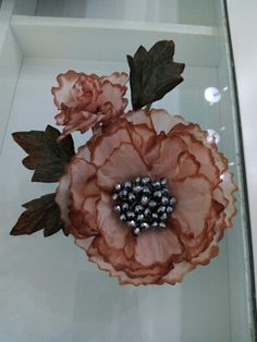 Una flor, un tocado, una invitada perfecta.