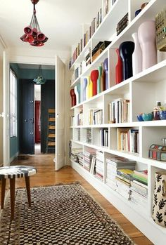 Henriette Jansen, ceramic: her intimate feminine apartment - corridor 2019 Bookshelves, Bookcase, Modern Bookshelf, Bookshelf Plans, Bookshelf Ideas, Feminine Apartment, Home Libraries, Home And Living, Small Spaces