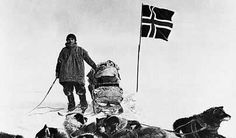 A member of the five-man Antarctic expedition team led by Roald Amundsen poses with sled dogs during the journey to the South Pole in Polo Sul, Polo Norte, Dog Photos, Dog Pictures, Der Richter, Roald Amundsen, Heroic Age, Early Explorers, Vintage Dog