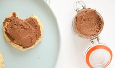 """Ze noemen het ook wel """"chocolade hummus"""" en het is een gezonde chocoladepasta op basis van kikkererwten. Ik zoette hem met dadels. Overheerlijk! 823"""