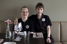 Kamu! -ravintolassa työtoiminnassa olevat kehitysvammaiset työntekijät saivat apurahan opintomatkalle Italiaan, jossa sijaitsee esikuva, Gli Amici -ravintola. Kuvassa Teppo ja Laura. Italia