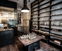 La première boutique de la marque s'implante à New York en 2006. Ambiance Indus + Vintage + Labo, comme son nom l'indique. Etacommencé à fleurir un peu partout à travers le monde. Paris 6e 2012&#…