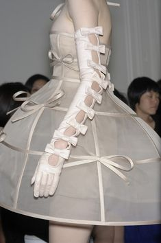Valentino haute couture bow dress and gloves. Look Fashion, Fashion Details, High Fashion, Fashion Show, Fashion Design, Couture Fashion, Runway Fashion, Love Couture, Milan Fashion