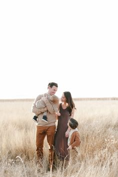 Family outfit inspiration, browns and neutrals Jessica Haderlie >> Lifestyle Family Photographer Summer Family Photos, Fall Family Pictures, Family Picture Poses, Family Picture Outfits, Family Photo Sessions, Family Posing, Family Portraits, Family Photoshoot Ideas, Neutral Family Photos