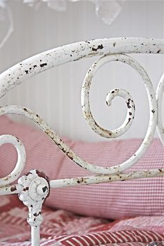V i n t a g e ♥ B r o c a n t e via Vintage, Shabby. White Cottage, Shabby Cottage, Cottage Chic, Cottage Style, Vintage Shabby Chic, Vintage Love, Vintage Beds, Bedroom Vintage, White Iron Beds