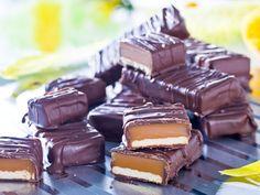 Gör enkelt hemgjord kexchoklad med en härligt seg kolafyllning. Oemotståndligt gott! Bagan, Candy Recipes, Dessert Recipes, Homemade Candies, Food Cakes, Vegan Sweets, No Bake Cookies, Cookie Desserts, Sweet Treats