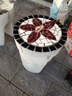 Egen produktion - skamler i beton med mosaik - til mit bålsted