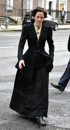 Eva Green in all-black gothic period dress for Penny Dreadful Gothic girl: The actress, who plays heroine Vanessa Ives in the series, donned a floor-sweeping black skirt, fitted black jacket and white shirt Punk Fashion, High Fashion, Eva Green Penny Dreadful, Vanessa Ives, Victorian Costume, Old Actress, Victorian Fashion, Victorian Era, Gothic Girls