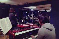 昼のスタジオから夜のスタジオに。