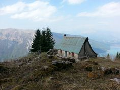 23/04/2015 ~ Gita in Cansiglio | Escursione tra i boschi | Lago di Santa Croce Cabin, Mountains, House Styles, Places, Nature, Travel, Home Decor, Naturaleza, Viajes