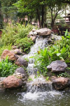 Here are some amazing and easy to make DIY garden waterfalls that are a great addition to any backyard. Whether you have a big space, or a small corner, there's a garden waterfall idea here for you. Backyard Water Feature, Ponds Backyard, Backyard Waterfalls, Garden Ponds, Koi Ponds, Backyard Patio, Diy Waterfall, Waterfall Design, Outdoor Water Features