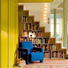 Une bibliothèque en caisson sous les escaliers