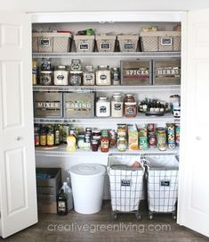 Mein Bauernhaus Stil Pantry Organisation Makeover I LOVE this modern farmhouse style pantry makeover with rustic elements. So many great ideas for organization with crates, labels, baskets, glass jars and more. It's definitely got that Fixer Upper style! Farmhouse Storage And Organization, Pantry Organisation, Pantry Storage, Bathroom Organisation, Kitchen Organization, Kitchen Storage, Organization Hacks, Pantry Ideas, Pantry Baskets