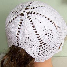 Háčkovaná dívčí čepice pro dlouhé vlasy.
