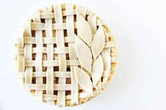 Lattice and Leaf: The combination of classic lattice plus leaves give this pie a fresh spring vine. (via V and Co.) 14 of the Most Creative Pie Crust Designs via Brit + Co. Pie Decoration, Decoration Patisserie, Creative Pie Crust, Beautiful Pie Crusts, Food Design, Pie Crust Designs, Pie Tops, No Bake Pies, Pie Dessert