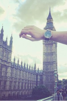 Proportion- The two objects of incredibly different sizes joined together in the right proportion to make it look as through the watch is Big Ben. London Photography, Creative Photography, Photography Poses, Amazing Photography, Travel Photography, Photography Gifts, Trucage Photo, Wow Photo, Photo Wall