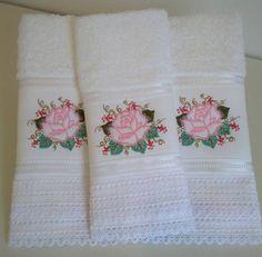 Conjunto de toalha de rosto e lavabo com com um bonito bordado e acabamento renda. Excelente presente para quem vai casar, para quem vai fazer uma visita e de festas de fim de ano.  PROIBIDA A CÓPIA OU QUALQUER OUTRA FORMA DE REPRODUÇÃO, TOTAL OU PARCIAL. R$ 54,00