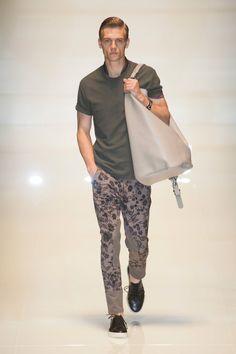 Gucci MEN | Milão | Verão 2014 RTW Não sei se gosto da maxi bolsa, mas a calça com essa estampa floral... <3 <3 <3 AMEI!