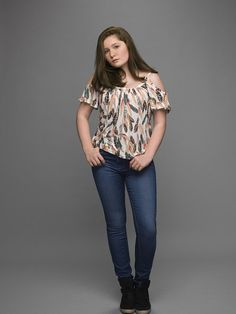 Emma Kenney as Debbie Gallagher in Shameless US Shameless Debbie, Shameless Season 5, Shameless Tv Show, Emma Kenney, Tv Show Quotes, Popular Shows, Crazy Girls, Comfy Casual, T Shirt And Jeans