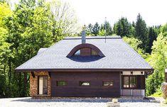 """Cauți o pensiune ceva mai """"altfel"""" în nordul țării? Atunci trebuie să vezi Chalet Hovel din Mănăstirea Humorului! - Fabrika de Case Village House Design, Village Houses, Gazebo, Outdoor Structures, Interior, Home, Container, Houses, Projects"""
