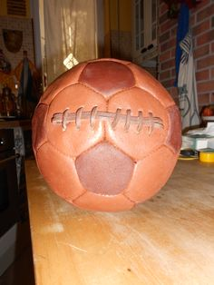 Palla vintage riciclando vecchio pallone di cuoio fine anni 70 colorando il cuoio (colori specifici x pellami) con colore coloniale e creando cucitura con laccio cuoio vecchio pallone