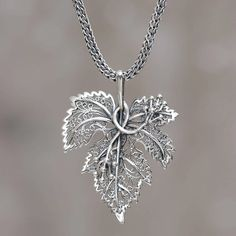 """Sterling Silber Anhänger Halskette """"Morgana"""" - Anhänger in Blattform aus Sterlingsilber Artisan Crafted Necklace – Morgana Stylish Jewelry, Cute Jewelry, Jewelry Gifts, Jewelery, Fashion Jewelry, Jewellery Box, Gold Jewelry, Jewellery Shops, Damas Jewellery"""