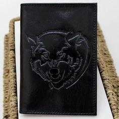 Сегодня мы расскажем вам, как сделать кожаную обложку на паспорт с нанесением тиснения. Для того чтобы сделать кожаную обложку, вам понадобятся следующие инструменты и материалы: Молоток, линейка, канцелярский нож, картон 2 мм, натуральная кожа 1,5-2 мм, двухсторонний скотч 3 мм и 5 мм, нитки, подкладочная ткань, клише, фольга для бесцветного тиснения, пластиковые карманы 2 шт.