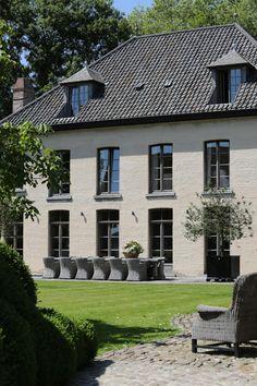 Mooi huis kleur icm zwarte kozijnen/deuren
