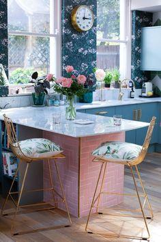 Green Kitchen Decor, Boho Kitchen, Kitchen Pantry, Kitchen Hacks, Kitchen Storage, Kitchen Tiles, Pink Kitchen Interior, Soapstone Kitchen, Teal Kitchen