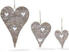 Cœurs en rattan avec décorations à cœurs en bois blanc et corde à suspendre.
