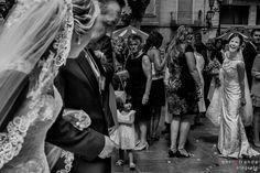 Simpático saludo entre dos novias por su coincidencia a las puertas de la Basílica en Aspe, Alicante