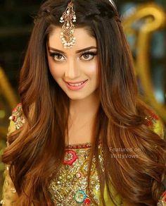 Makeup & flowy hair on fleek 😭💗 Bridal Hairstyle Indian Wedding, Bridal Hairdo, Indian Wedding Hairstyles, Indian Bridal Makeup, Pakistani Makeup, Bridal Makeup Pics, Asian Wedding Hair, Bridal Photoshoot, Photoshoot Ideas