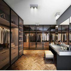 Closet com pinus e vidro esfumado