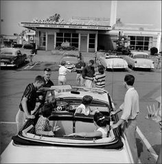 Teenagers hanging out at the local drive in, // LIFE photo archives Old Pictures, Old Photos, Vintage Photographs, Vintage Photos, Antique Photos, 1950s Teenagers, Life In The 1950s, Pin Up, Monochrom