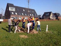 Samen met leerlingen van de #BEM #Zevenaar en onze medewerkers #boomplantdag ingevuld. @GrootHolthuizen naar groener. Woensdag 12 maart 2014. Via twitter @GerardNijland.