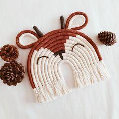 Macrame Wall Hanging Diy, Macrame Plant Hangers, Macrame Art, Macrame Design, Macrame Projects, Rope Crafts, Yarn Crafts, Macrame Patterns, Quilt Patterns