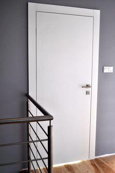 DRZWI BEZPRZYLGOWE PEŁNE BIAŁE RAL UKRYTE ZAWIASY - 5736489694 - oficjalne archiwum allegro White Interior Doors, Door Design Interior, Modern Interior, Internal Doors Modern, Door Casing, Upstairs Hallway, Minimal Home, Moldings And Trim, Door Trims