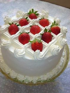 Easy Solutions To Common Cake Decorating Mistakes Super Torte, Decoration Patisserie, Strawberry Cakes, Strawberry Cake Decorations, Cake Decorating With Strawberries, Just Cakes, Cake Decorating Tips, Buttercream Cake, Love Cake