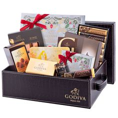 Send the ultimate luxury Christmas 2016 chocolate gift basket by Godiva to the most important people on your Christmas list! This decadent hamper overflows with the best Belgian chocolates, truffles, chocolate pearls, wrapped chocolate Carrés, chocolate bars and more.